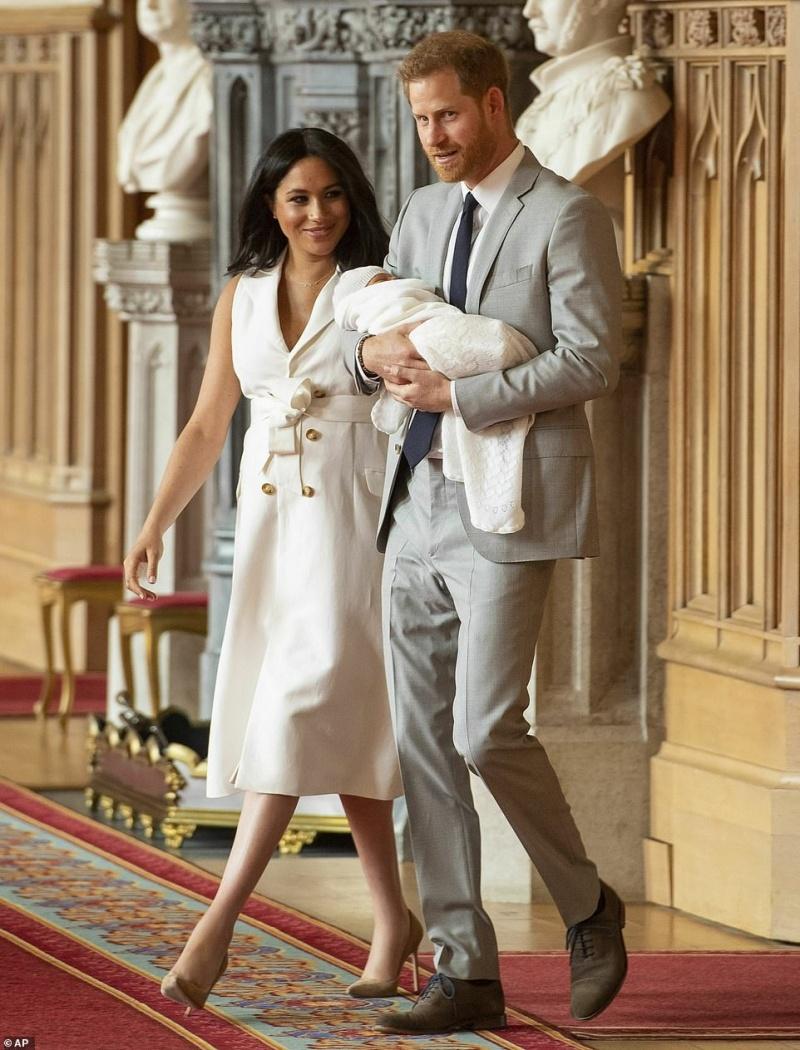 Vợ chồng hoàng tử Harry chính thức rời khỏi Hoàng gia Anh