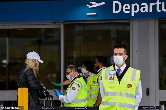 Úc kêu gọi du khách nước ngoài về nước nếu không thể tự lo kinh tế để chống dịch covid-19