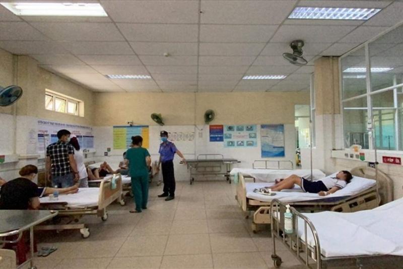 Mua đất nặn trước cổng trường tiểu học, 32 học sinh ngộ độc nhập viện