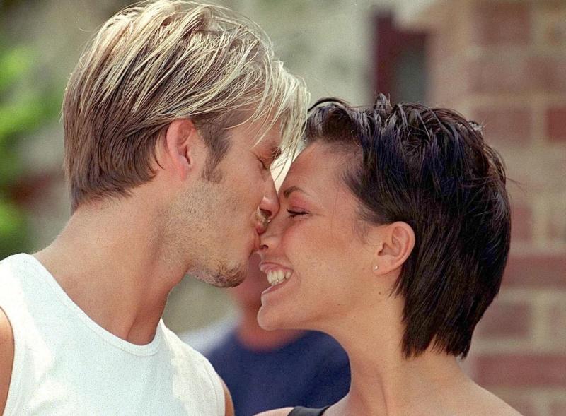 Vợ siêu sao bóng đá David Beckham ra tự truyện