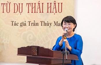 tu du thai hau them ca nh cu a soi vao ha u cung trie u nguye n