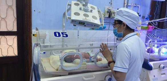Cứu sống thành công bé trai sơ sinh bị bỏ rơi trong bọc nilon