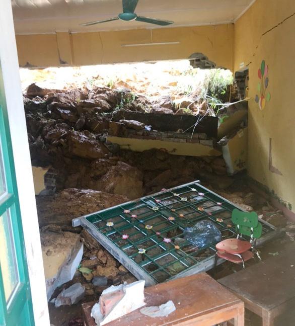 Sạt lở đất khiến 4 trường học bị đổ sập