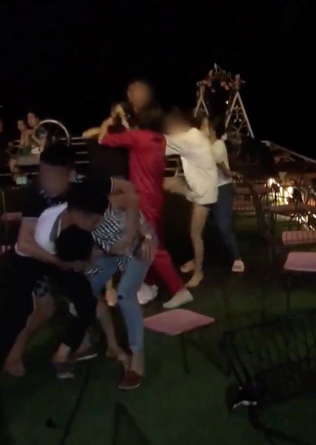 Nhân viên trường học thuê người đánh ghen, lột đồ phụ nữ trong quán cà phê