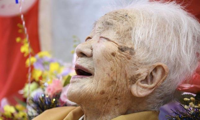 Cụ bà sống thọ nhất thế giới yêu thích chơi cờ và... uống nước ngọt