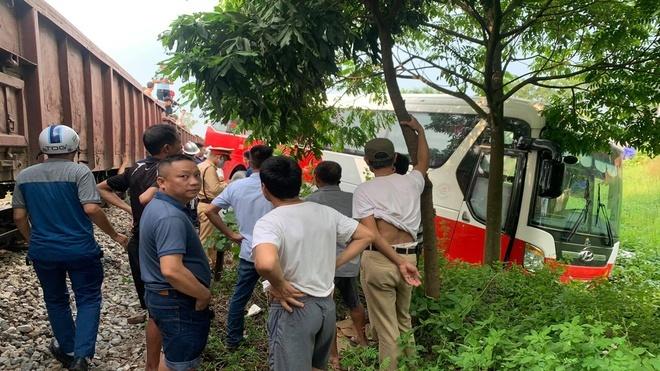 Tài xế  chở 45 học sinh vượt ẩu gây tai nạn trên đường ngang xe lửa