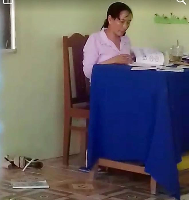 Cô giáo bị tạm dừng dạy học vì ném vở học sinh xuống đất