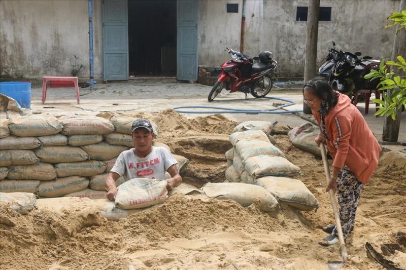 Quảng Nam: đào hầm dã chiến để tránh bão