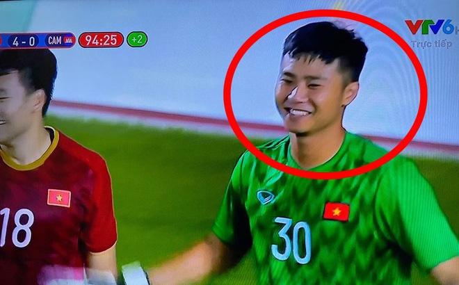 Hình ảnh Văn Toản cản phá penalty thành công được chia sẻ 'chóng mặt', nụ cười của anh là điểm nhấn đặc biệt