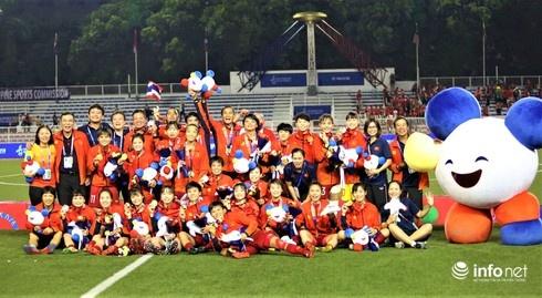 Đội tuyển nữ Việt Nam ở lại Philippines để cổ vũ U22 Việt Nam 'lấy vàng' SEA Games 30