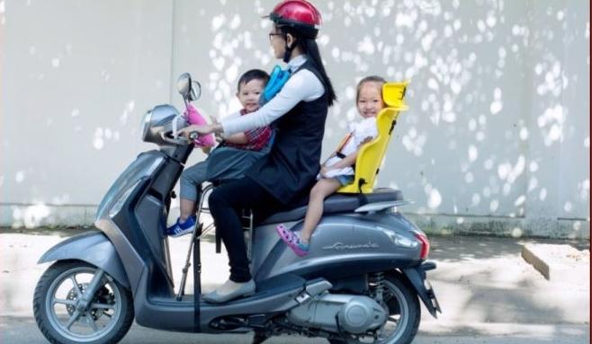 Chia sẻ những cách chở trẻ nhỏ bằng xe máy an toàn