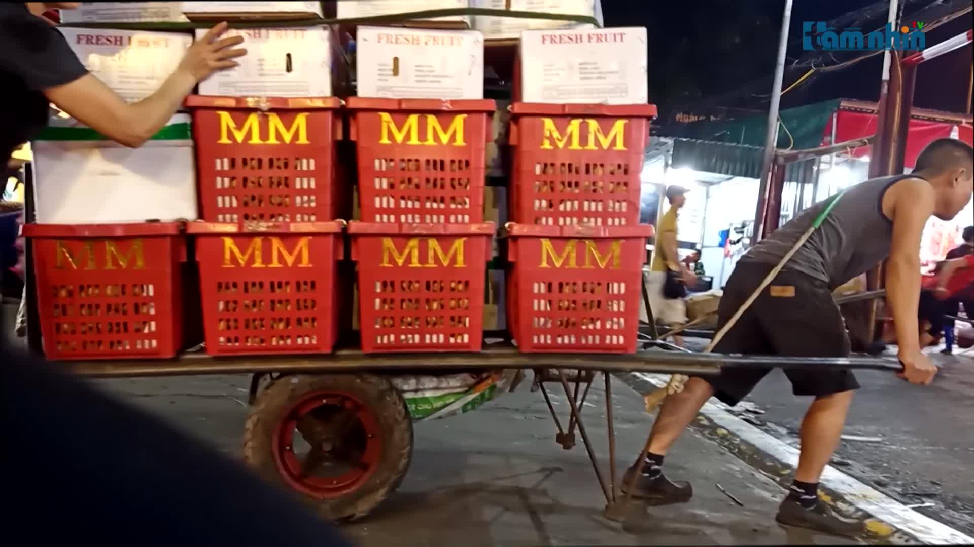 Bài 2: BQL chợ Long Biên bất minh trong thu phí người lao động làm thuê đẩy xe hàng?