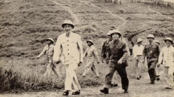 Chủ tịch Hồ Chí Minh sống mãi với non sông Việt Nam