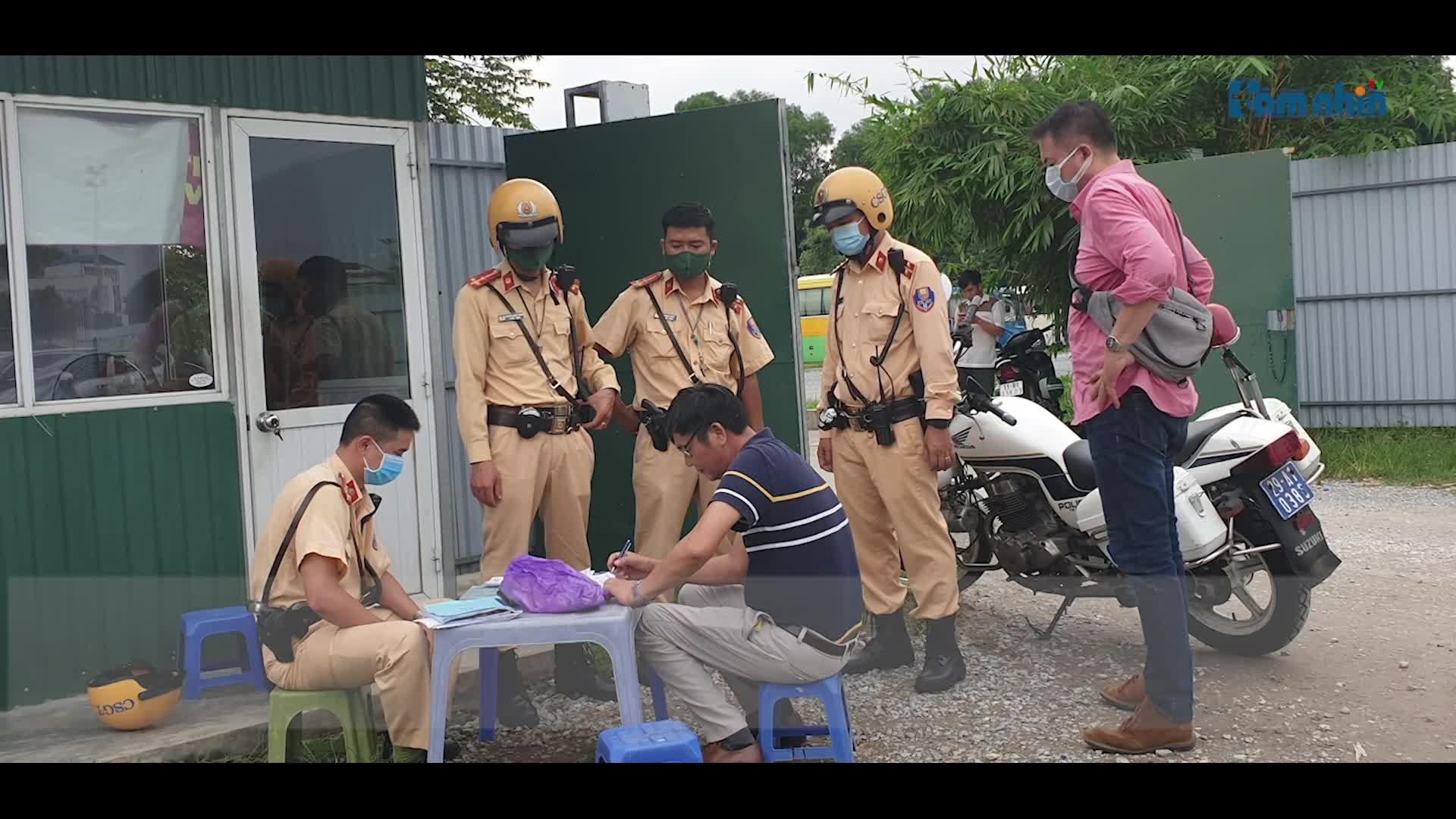 """CSGT đưa hàng loạt """"ma men"""" về chốt xử lý trên phố cổ Hà Nội"""