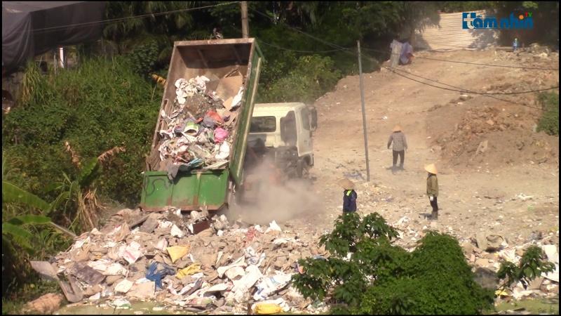 Gia Lâm – Hà Nội: Đổ trộm rác thải xây dựng có nhiều diễn biến phức tạp