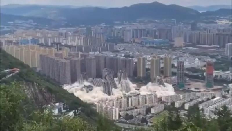Khoảnh khắc 15 tòa nhà cao tầng bị đánh sập trong tích tắc