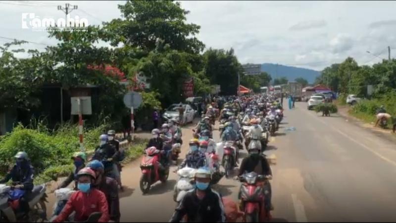 Hàng ngàn người dân từ những tỉnh phía Nam về quê