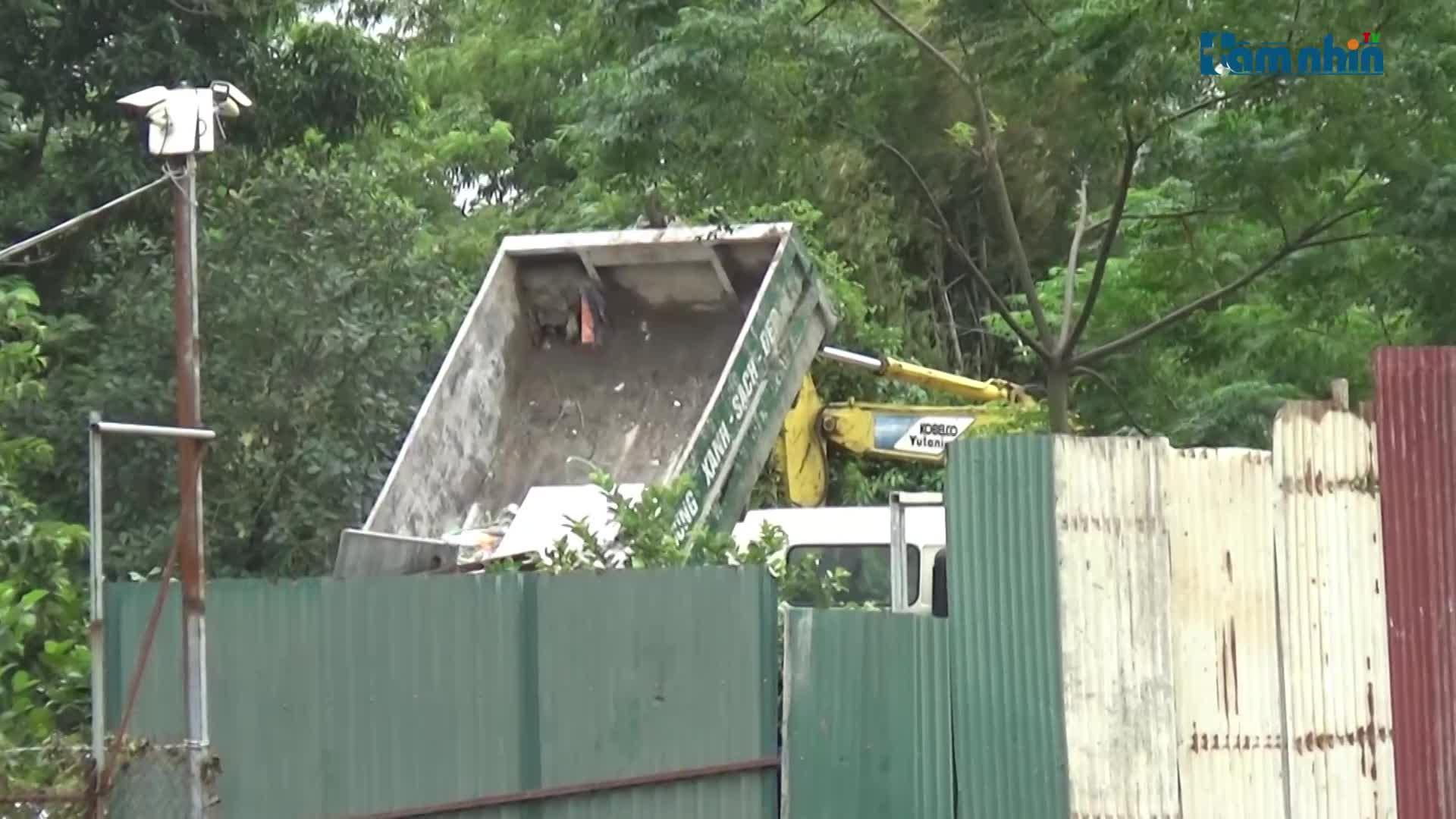 Theo dấu xe môi trường đổ phế thải trái phép tại Đông Anh