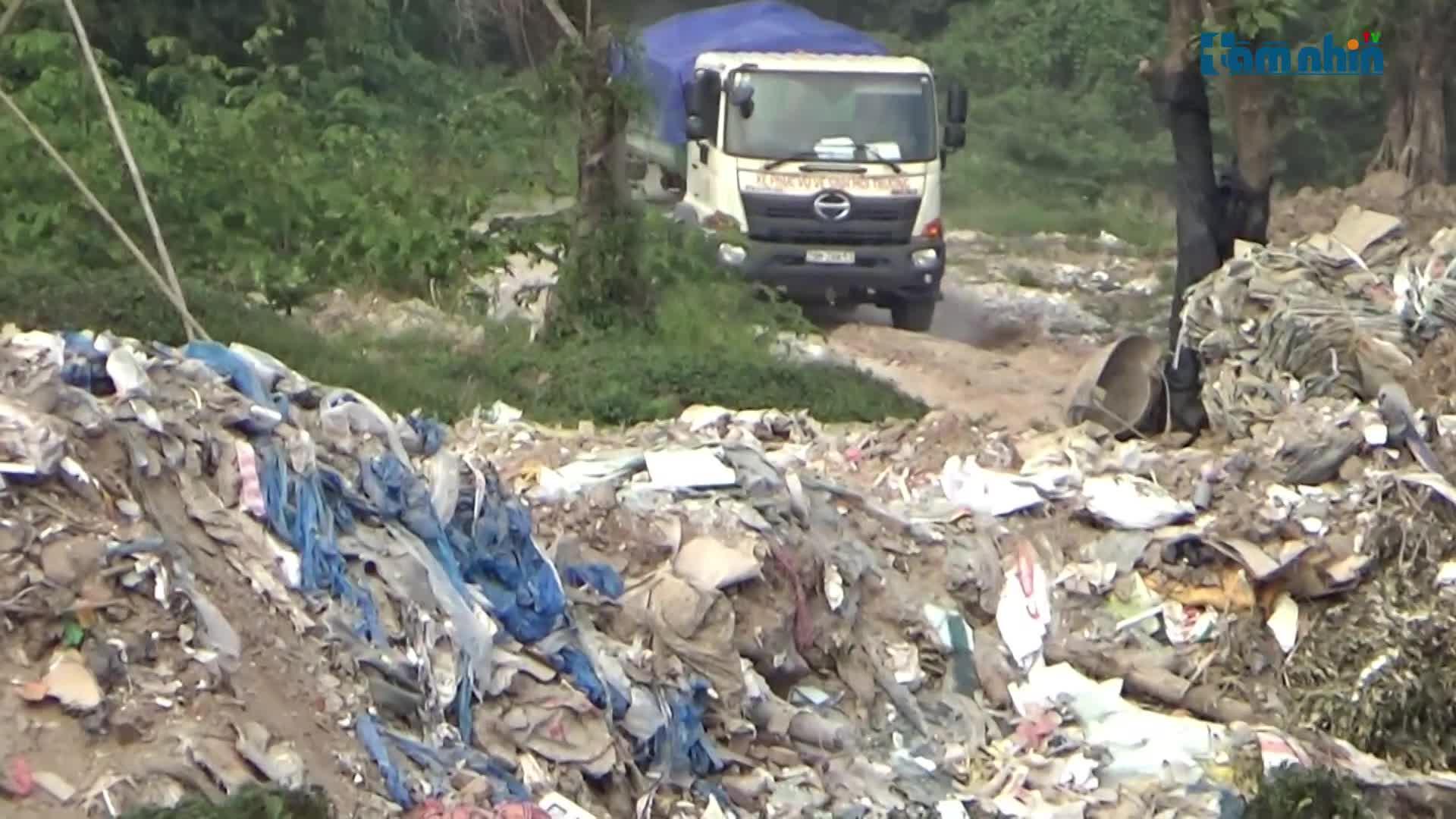 Công ty môi trường tiếp tục kéo quân đến đổ thải trái phép tại Thường Tín