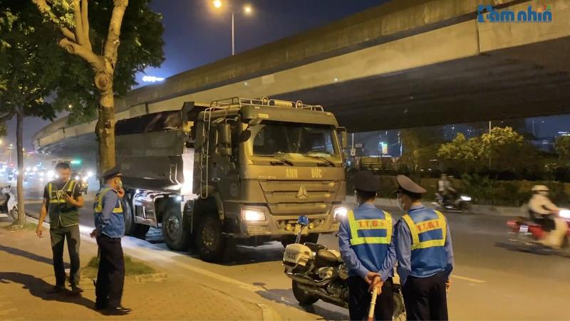 Khó khăn trong công tác xử lý các xe quá tải hoành hành trên đường Phạm Hùng