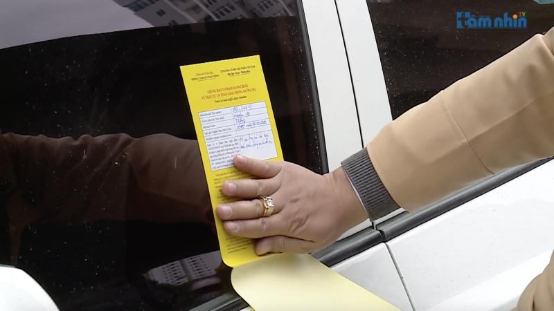 Hà Nội: CSGT thực hiện dán thông báo xử phạt lên kính xe ô tô